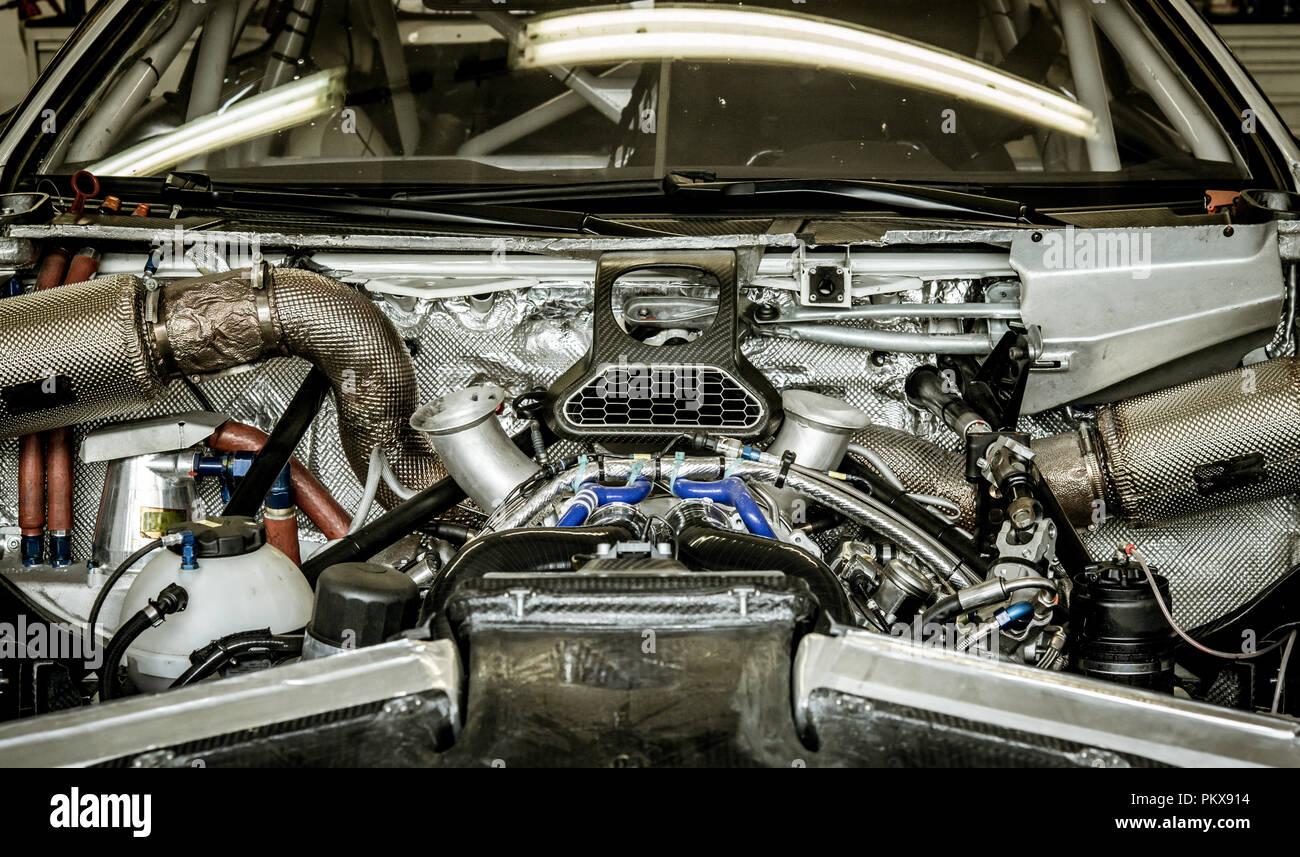 Full Frame of motor sport moteur de voiture de course de couleur argent high angle view propre et brillante Photo Stock