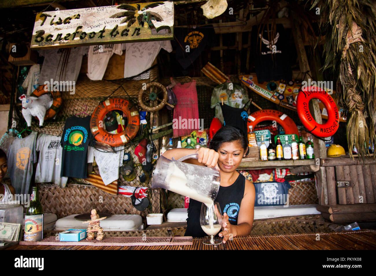Cocktails frais dans les décisions à l'Tisa Barefoot Bar, American Samoa. Banque D'Images
