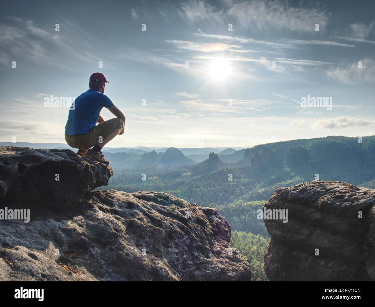 À l'observation des randonneur horizon. Beau moment le miracle de la nature. Brouillard coloré dans la vallée. Homme randonnée. Photo Stock