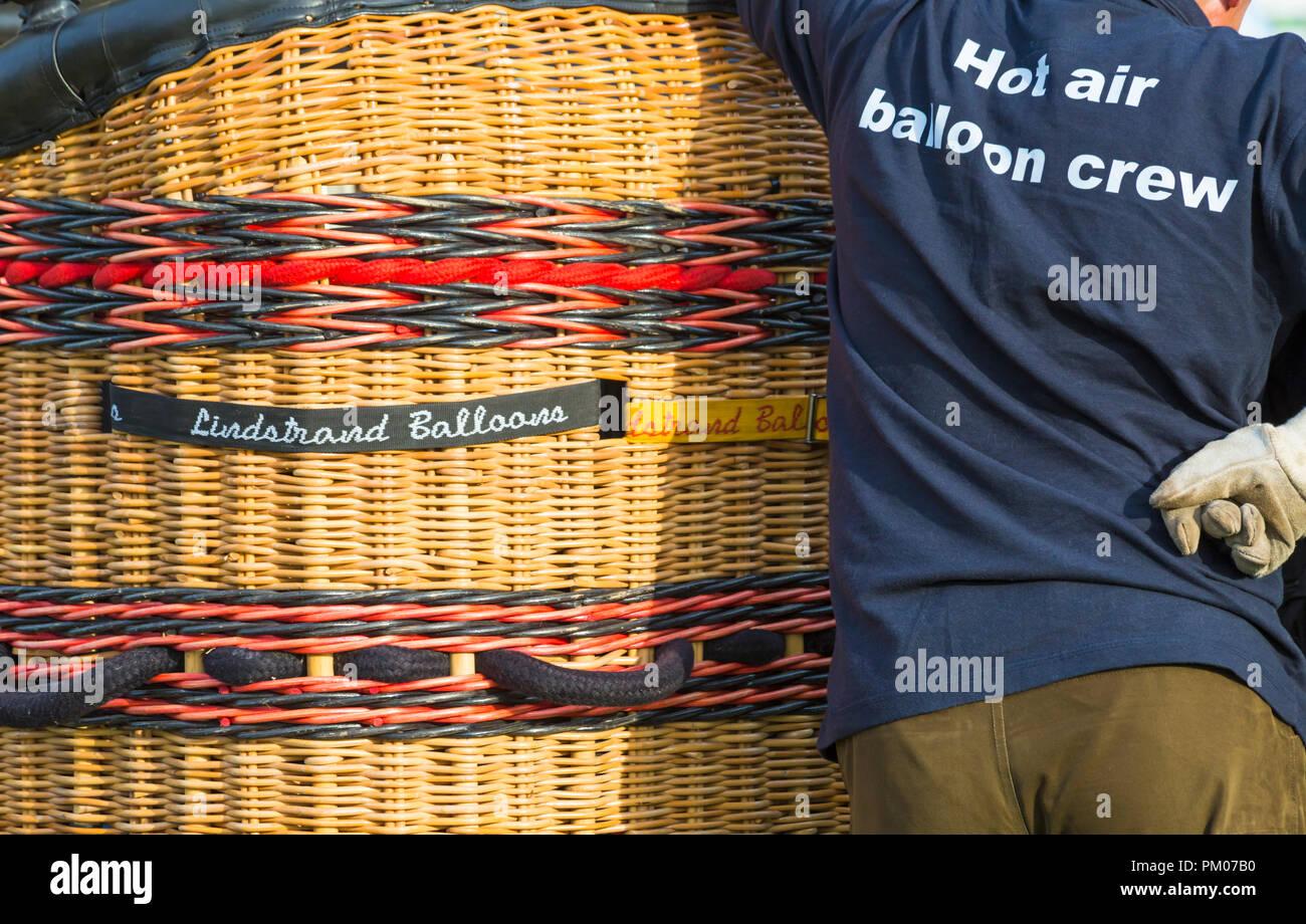 Hot Air Balloon crew avec panier préparation hot air balloon au ciel de Longleat Safari, Wiltshire, Royaume-Uni en septembre Banque D'Images