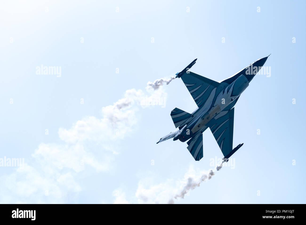 TELFORD, Royaume-Uni, 10 juin 2018 - Une photographie documentant la Force Aérienne Belge F-16 Fighting Falcon s'affichent dans le ciel au-dessus de la RAF à Cosford Air Show Banque D'Images