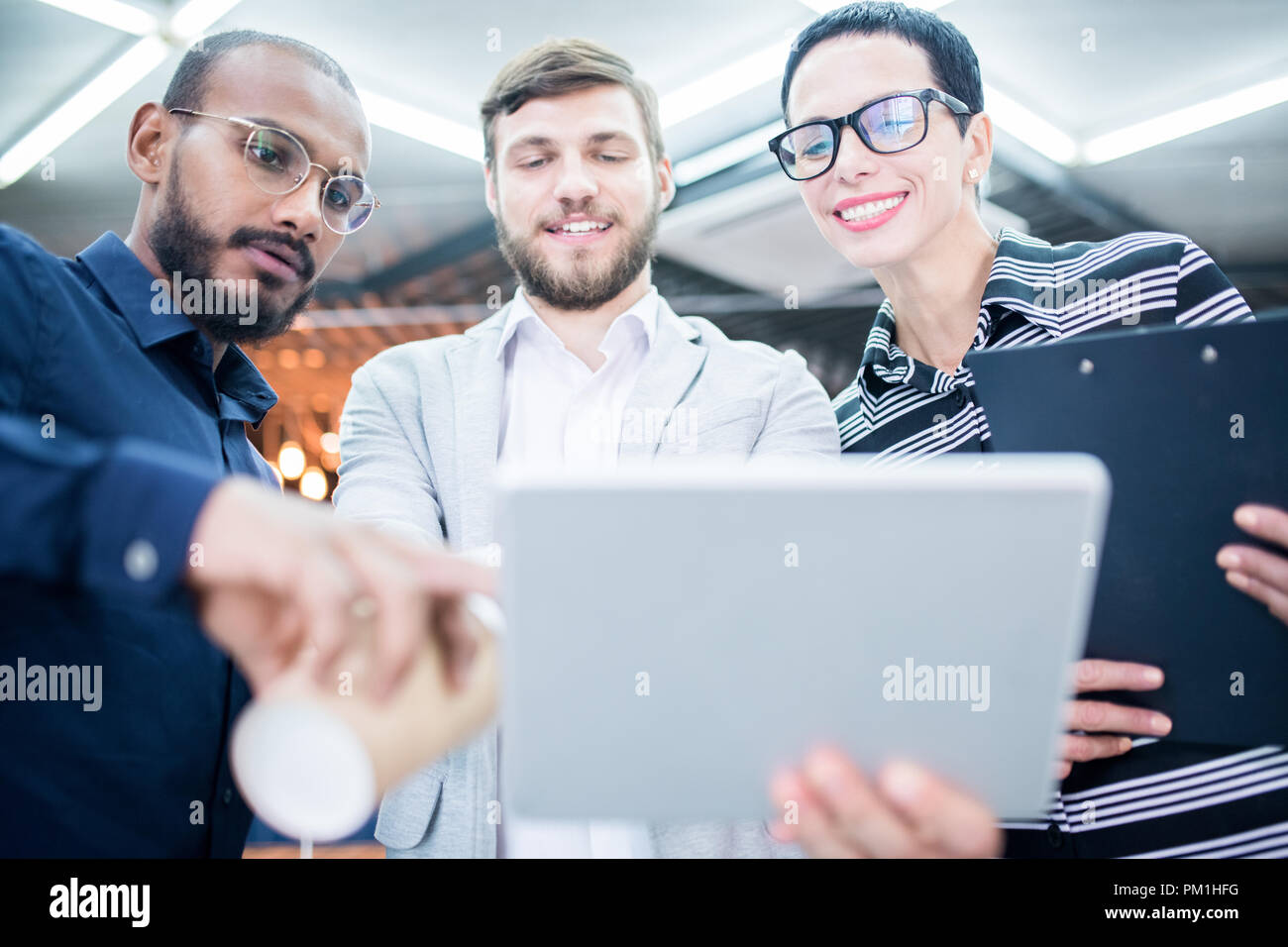Les gens d'affaires avec surface tactile Photo Stock