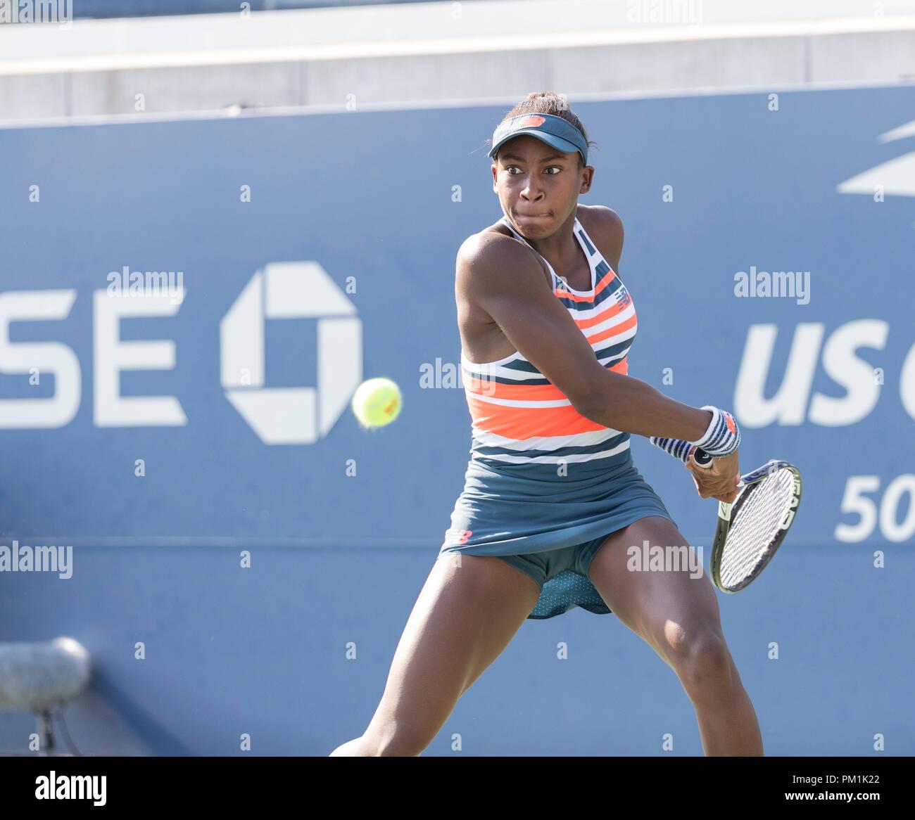 New York, NY - 6 septembre 2018: Cori Gauff de USA retourne ball au cours de l'US Open 2018 junior filles 3e match contre Oksana Selekhmeteva de la Russie à l'USTA Billie Jean King National Tennis Center