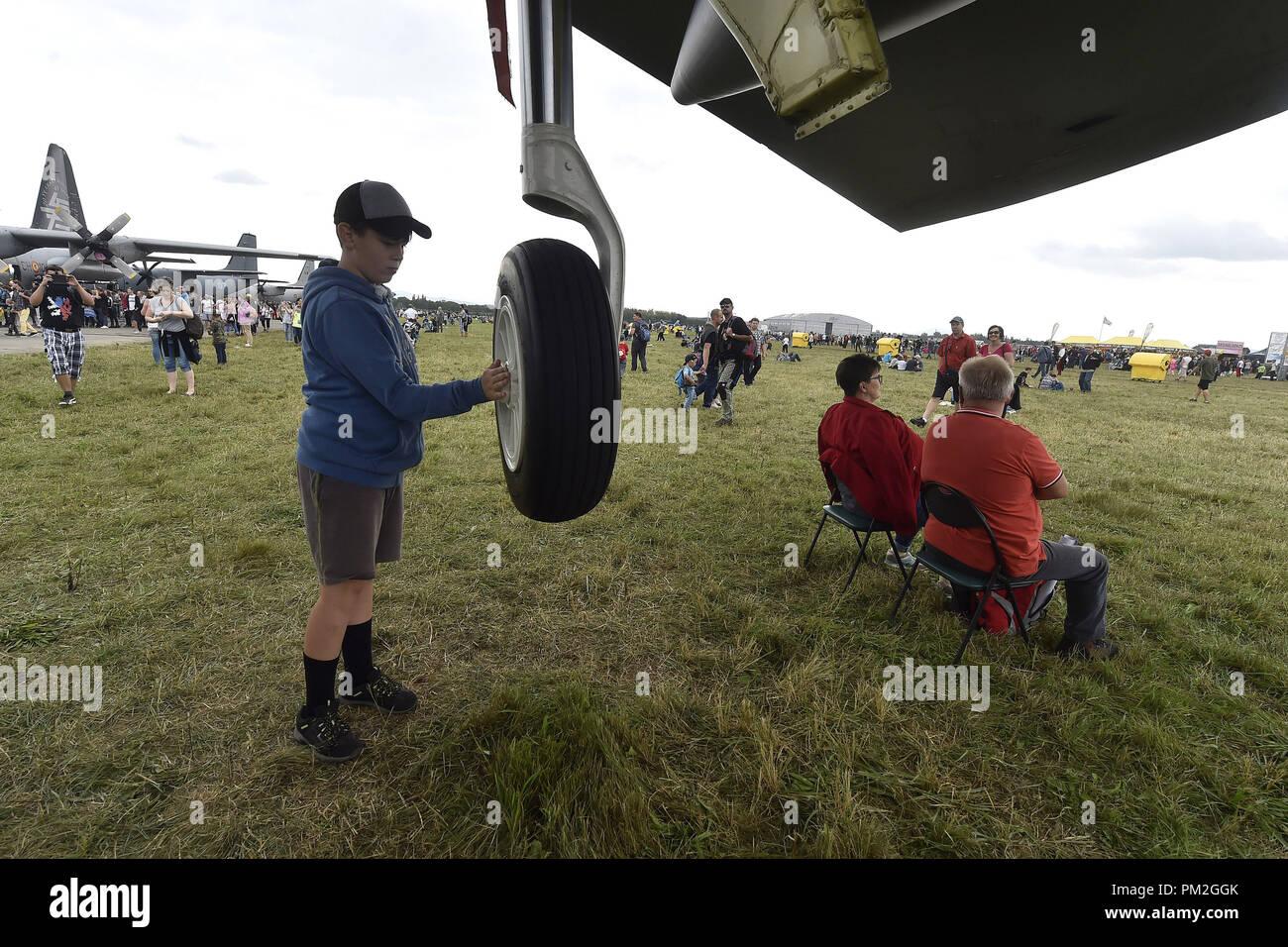 Un garçon inspecter une roue de bombardiers stratégiques américains B-52 Stratofortress pendant l'OTAN et de la Force aérienne tchèque jours jours à l'aéroport de Mosnov, Ostrava, République tchèque, le 15 septembre 2018. (Photo/CTK Jaroslav Ozana) Banque D'Images