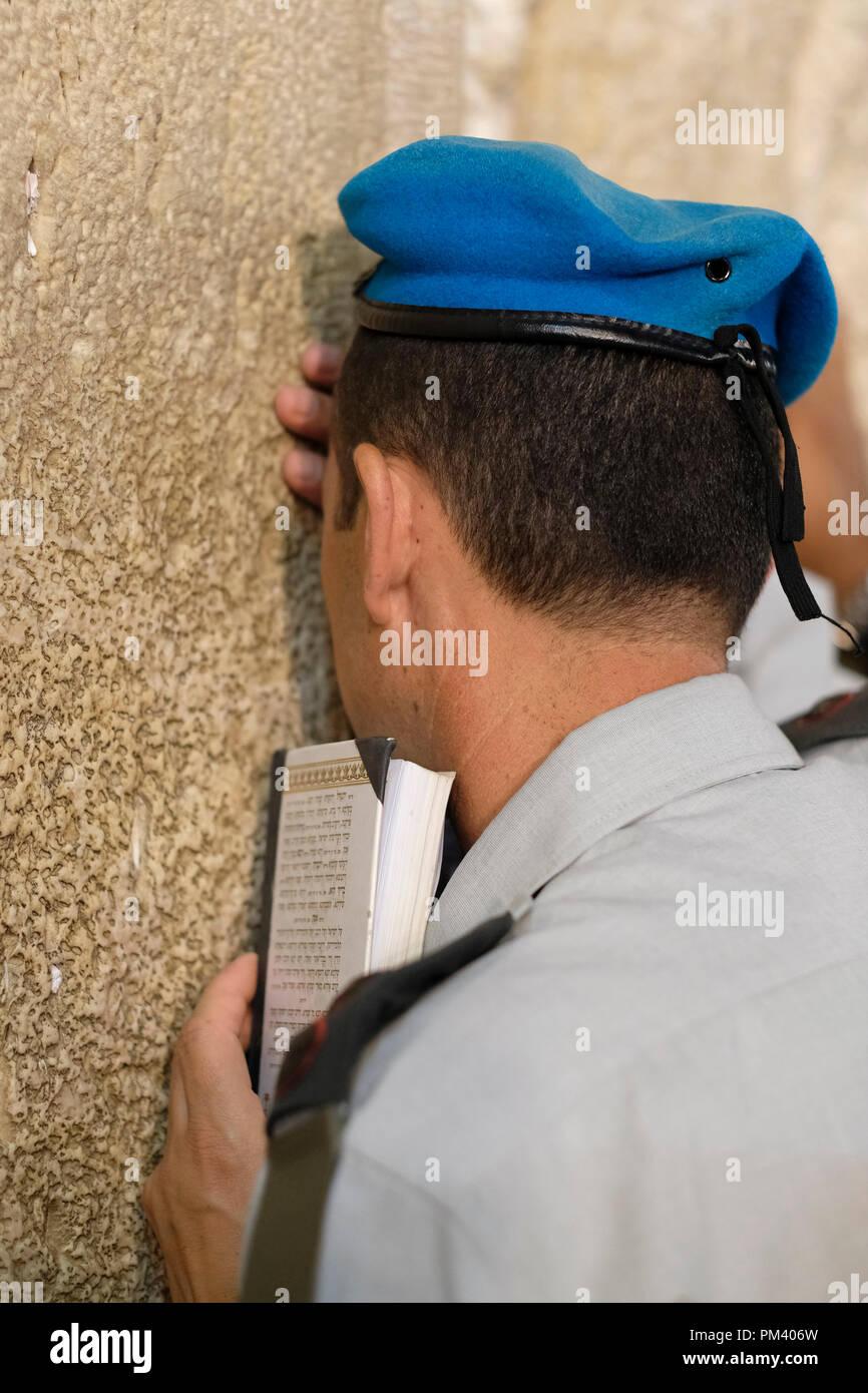 Un Soldat Israélien Prier Au Mur Occidental Ou Kotel Dans La