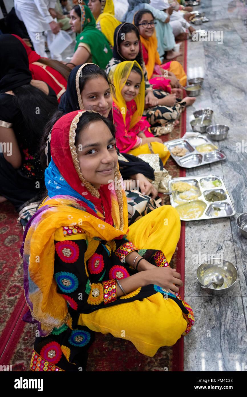 Les adolescents dans un temple Sikh langar où un repas végétarien est servi gratuitement à tous sans exception. Photo Stock