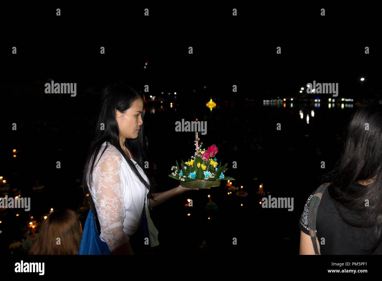 La Thaïlande, Koh Samui, Loy Krathong Festival, femme avec des fleurs Banque D'Images