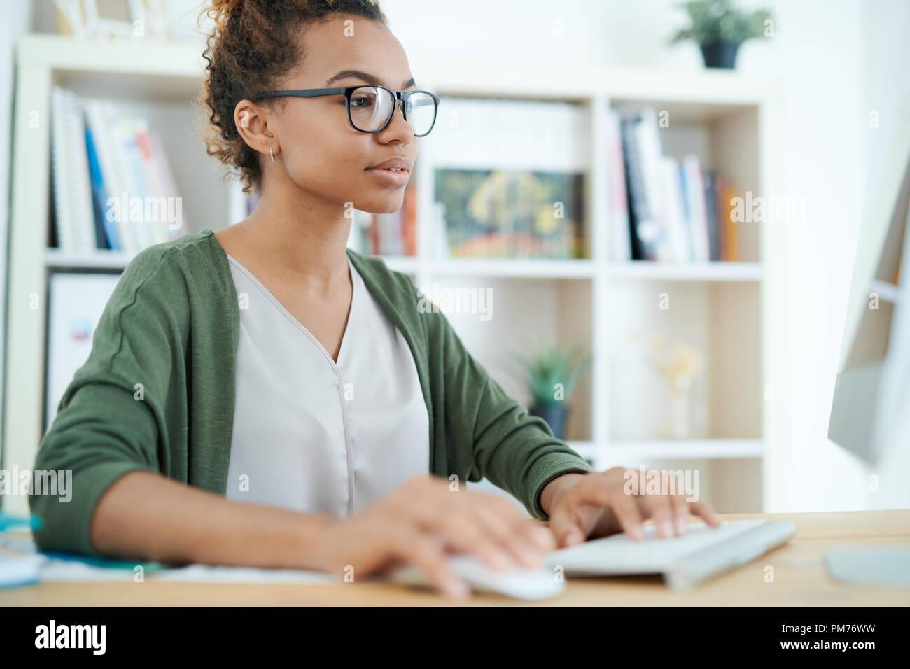 Femme afro-américaine sur le lieu de travail Banque D'Images