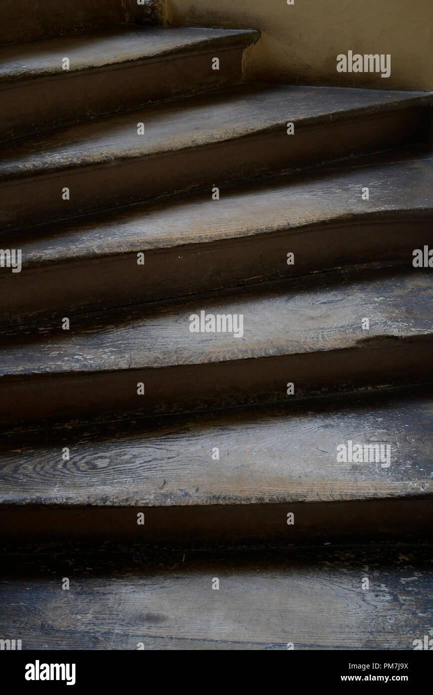 Détail de l'ancien escalier en bois usé. Photo Stock