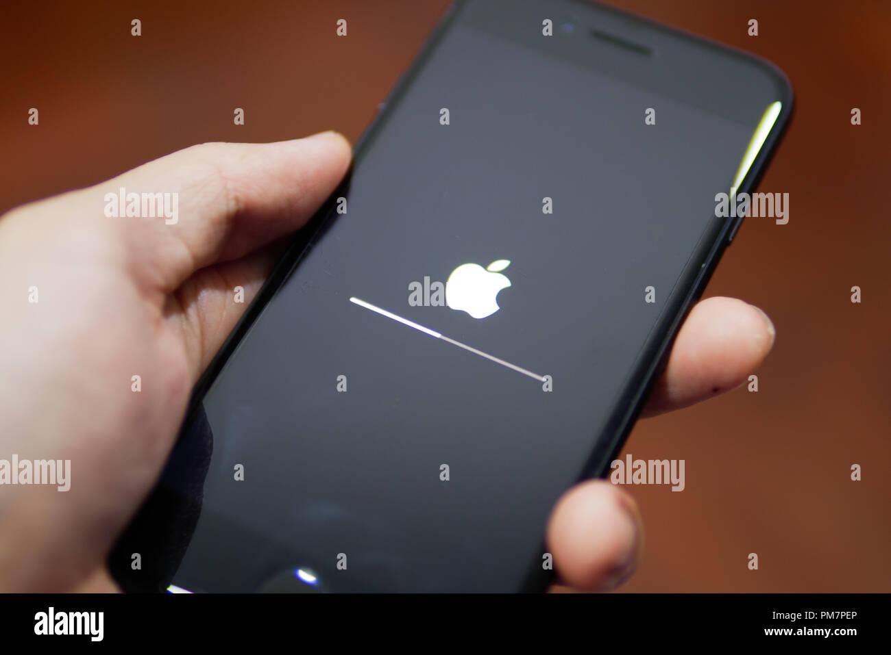 Bangkok, Thaïlande - 18 septembre 2018: Apple iPhone 7 montrant l'écran avec logo Apple lorsqu'il est en cours de mise à jour du logiciel pour iOS 12. Photo Stock