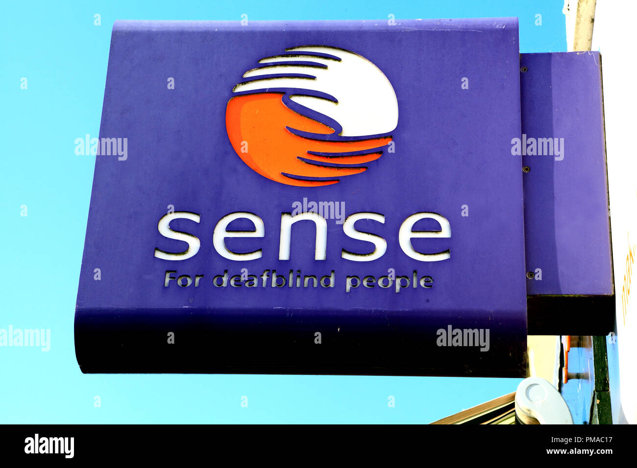 Sens, sens, magasin de charité, pour les personnes sourdes et aveugles, logo, signe, Hunstanton, Norfolk, UK Photo Stock