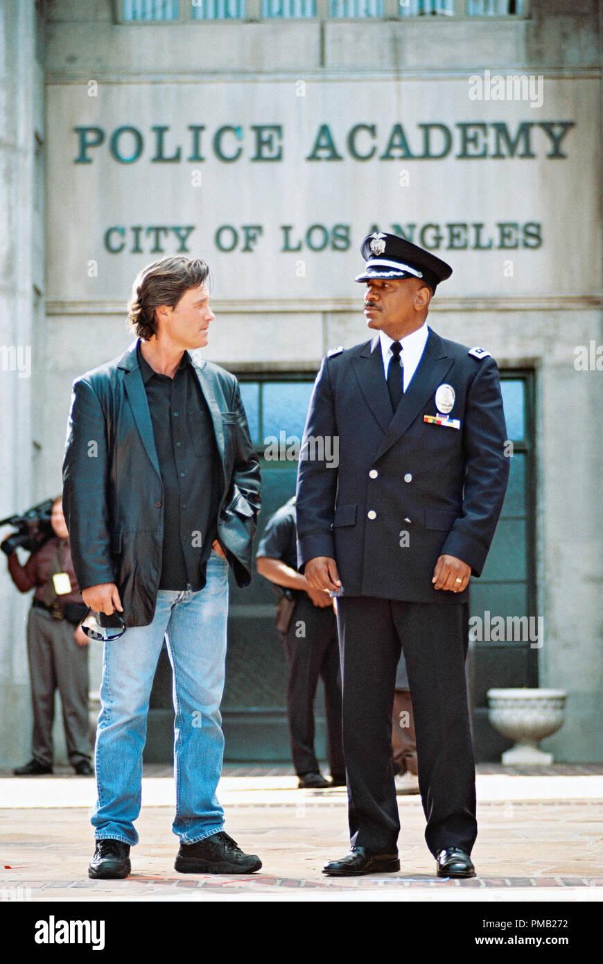 La L.A.P.D., Eldon Perry (Kurt Russell) et Arthur Holland (VING RHAMES) face à United Artists' drama bleu foncé. (2003) Photo Stock