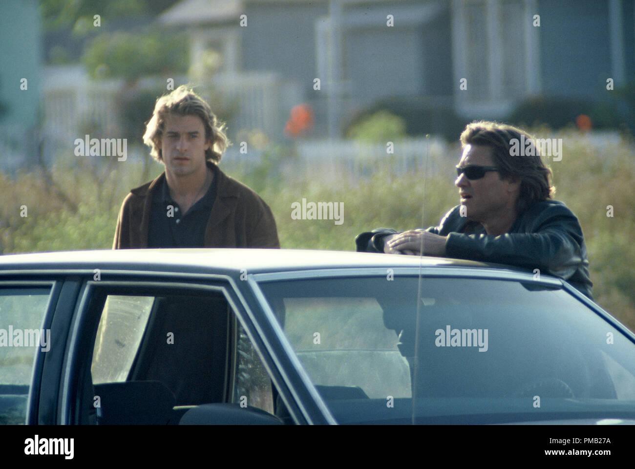 L.A.P.D. vétéran Eldon Perry détective (Kurt Russell) enseigne Bobby Keough (Scott Speedman, gauche) dans United Artists' drama bleu foncé. (2003) Photo Stock