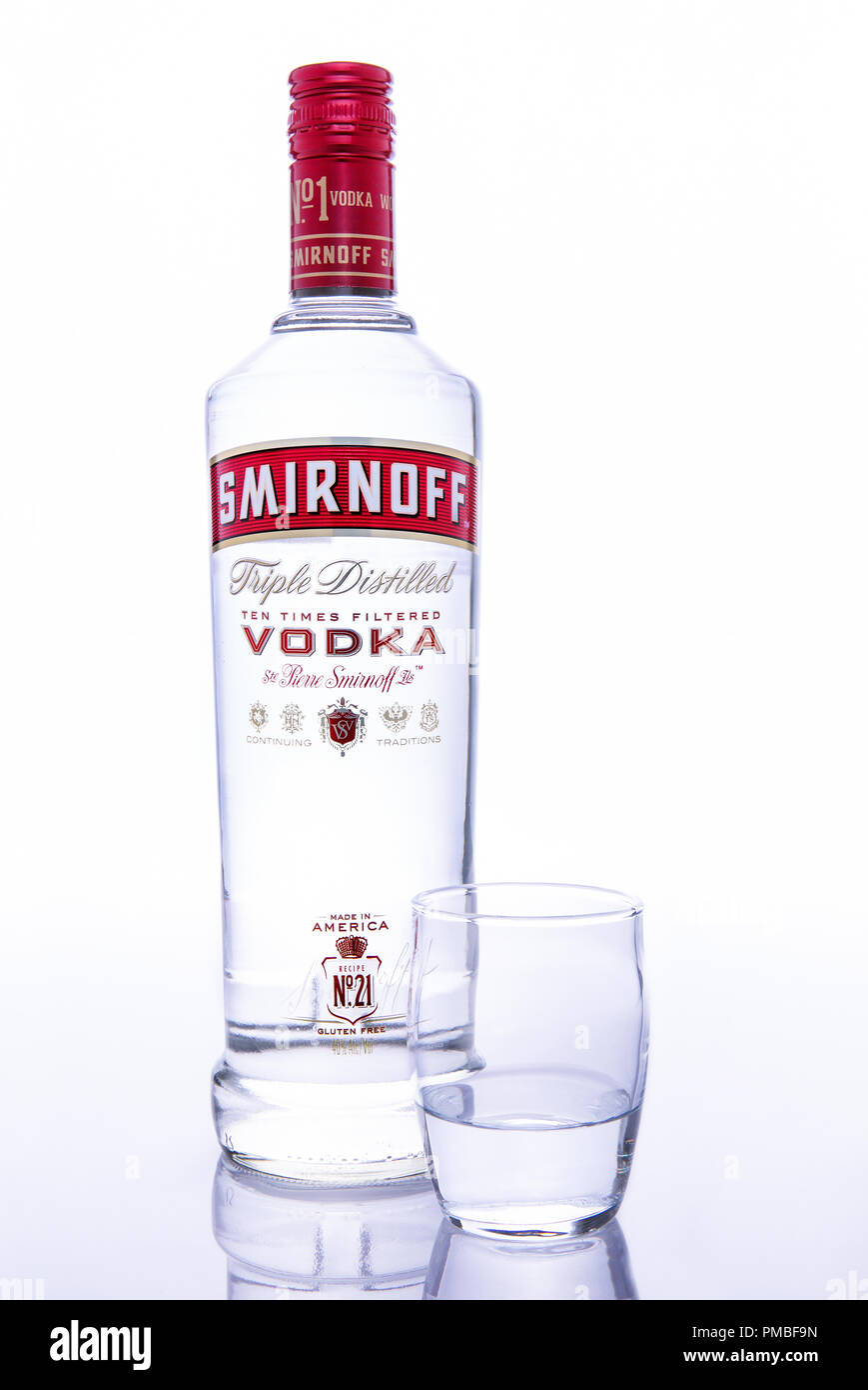 Bouteille de vodka Smirnoff avec shot glass against white background Banque D'Images