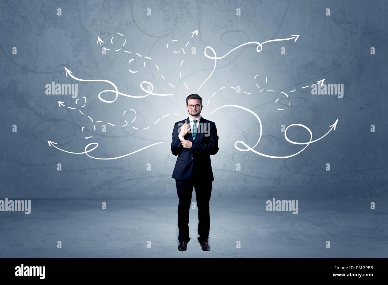 Elegant businessman choisir entre directions avec des flèches tirées d'enroulement autour de Photo Stock