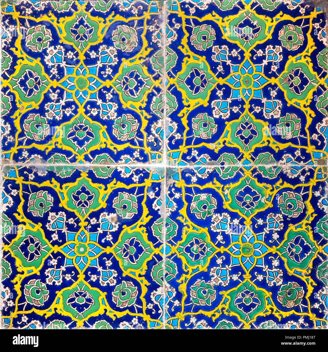 Au début du 16e siècle, les carreaux de mur turc période ottomane, décorées dans 'cuerda seca' technique. Photo Stock
