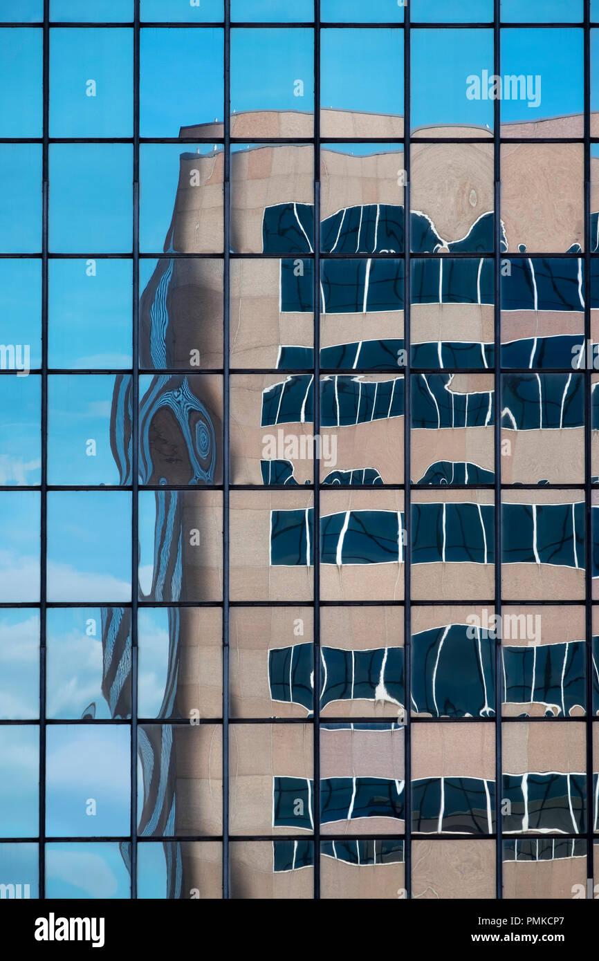 Détail de l'architecture en immeuble de bureaux, à Birmingham en Alabama. Un reflet déformé d'un immeuble de bureaux dans le reflet d'un autre bloc de bureau Windows. Photo Stock