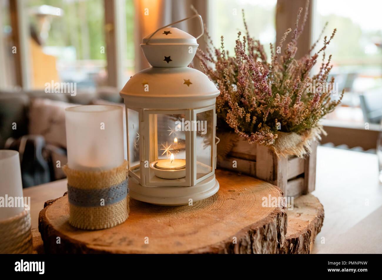 Bougie Décoration De Table white lanterne avec bougie allumée à l'intérieur de lui
