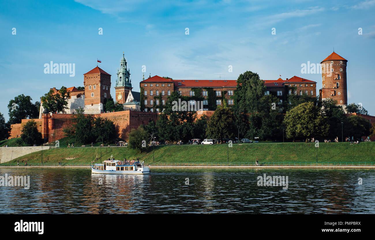 Le château de Wawel à Cracovie, Pologne, au premier plan la Vistule. Banque D'Images