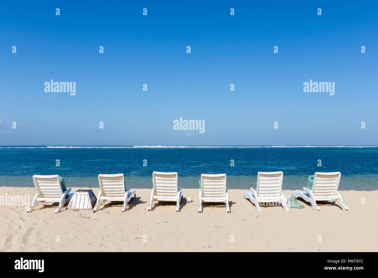 Des chaises longues sur la plage, Sanur, Bali, Indonésie Photo Stock