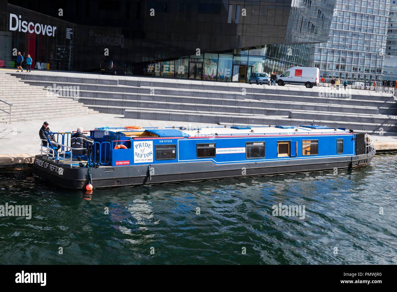 Liverpool Albert Dock domaine barge Fierté de Sefton 2 Découvrir la construction contemporaine moderne galeries Expositions Activités cafés boutiques Brasco Photo Stock