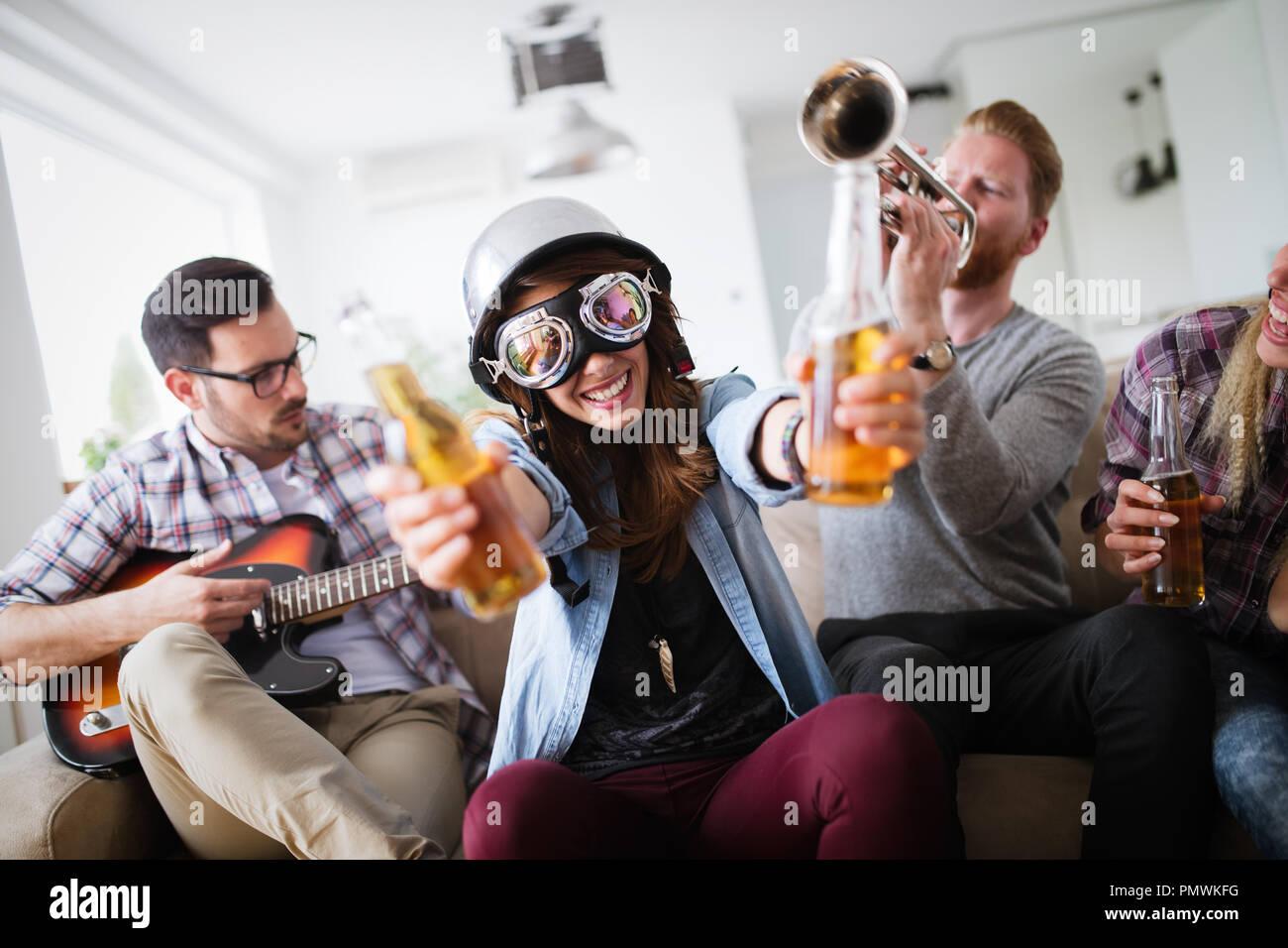 Groupe d'amis s'amuser, faire la fête et boire Photo Stock