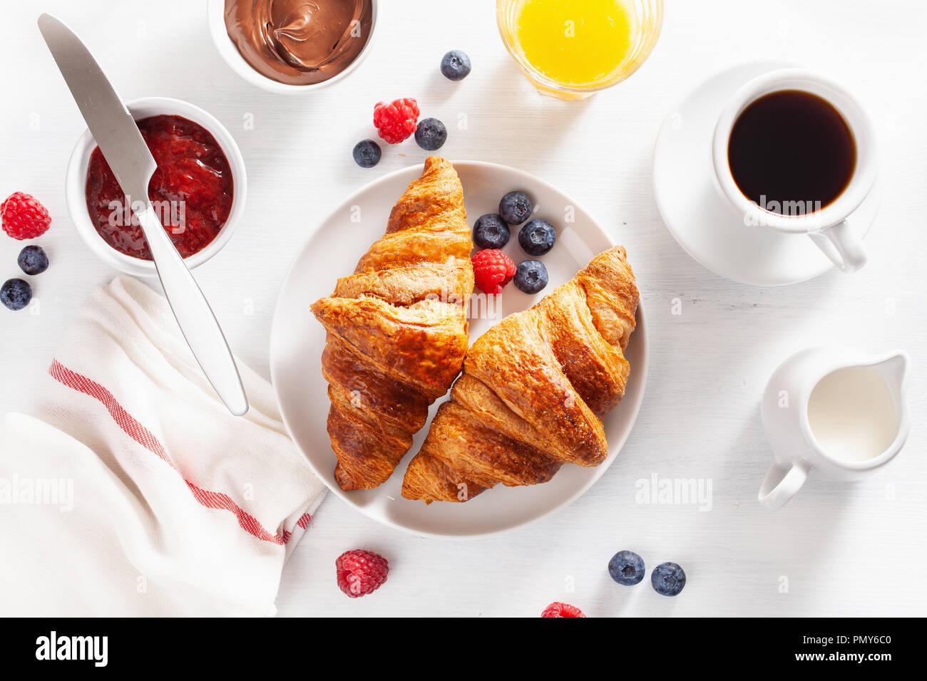 Petit déjeuner avec croissant, confiture, pâte à tartiner au chocolat et café. Vue d'en haut Photo Stock