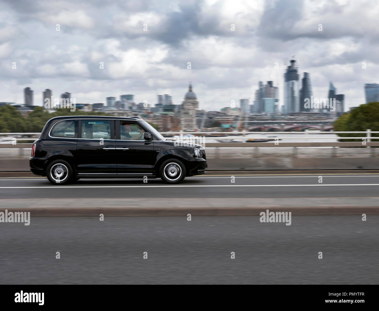Taxi électrique TX LEVC conduite sur Waterloo Bridge, London UK Photo Stock