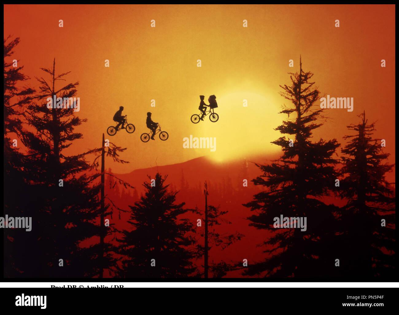 Prod DB © Amblin / DR E.T (E.T L'extra-terrestre) de Steven Spielberg 1982 USA avec Henry Thomas, extra-terrestre lune, velo, voyage, diriger autour Photo Stock