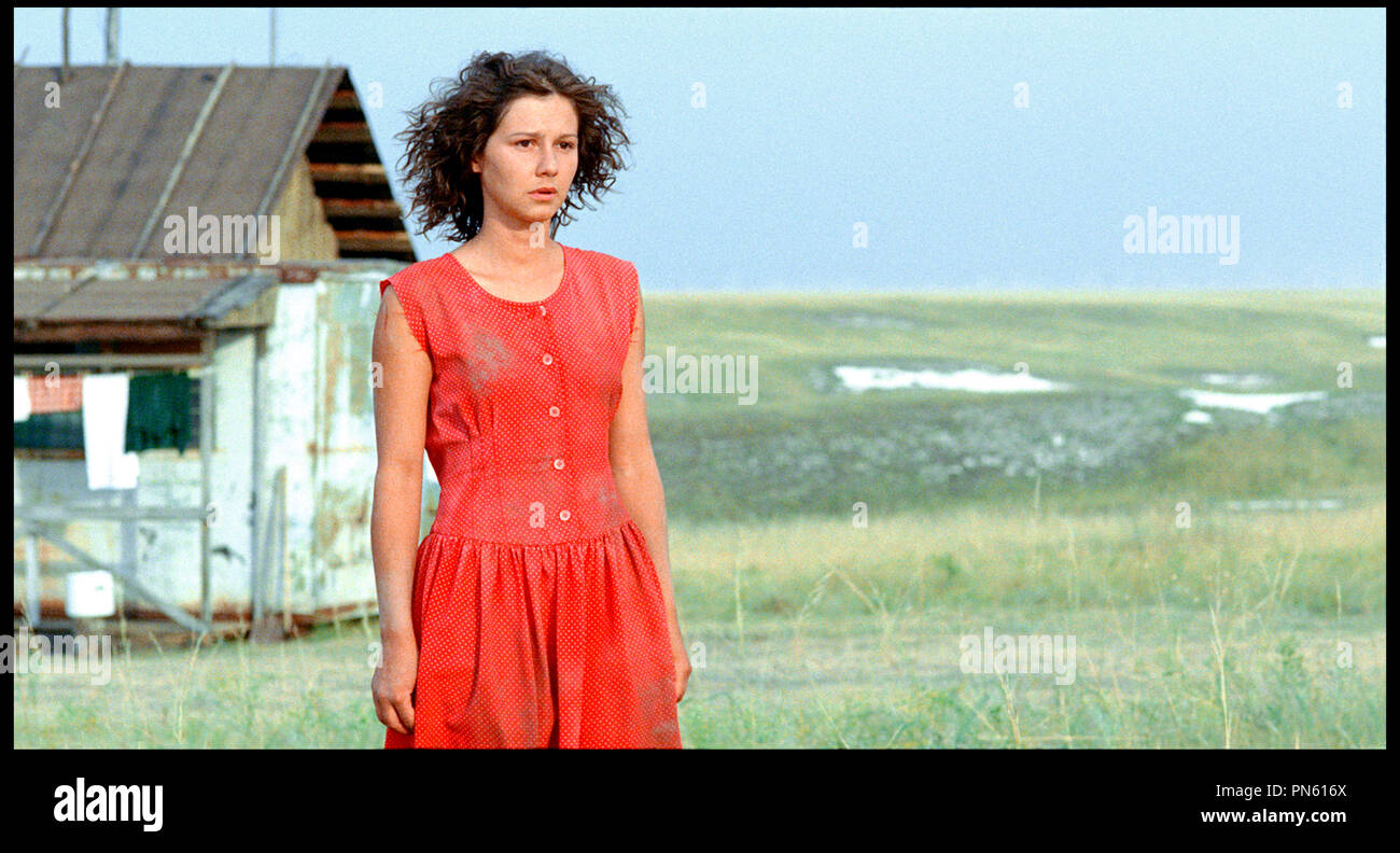 Prod DB © Pervoe - Kinopartnerstvo 2Plan2 / DR EUPHORIE (EYFORIYA) de Ivan Vyrypayev RUS 2006. avec Polina Agureyeva robe rouge, campagne Banque D'Images