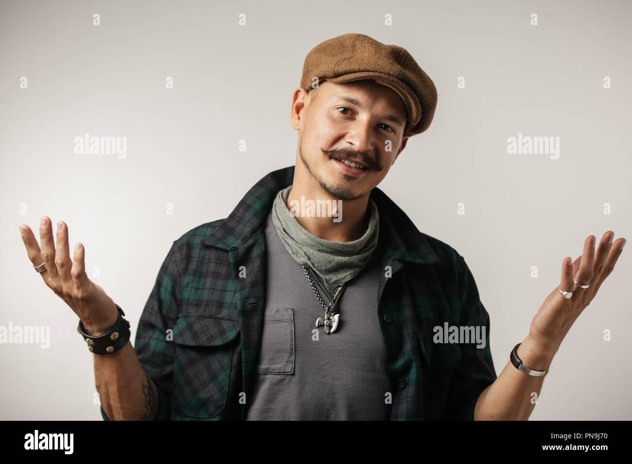 Caucasian man with moustache avec doute expression, confondre et étonnant concept. Photo Stock