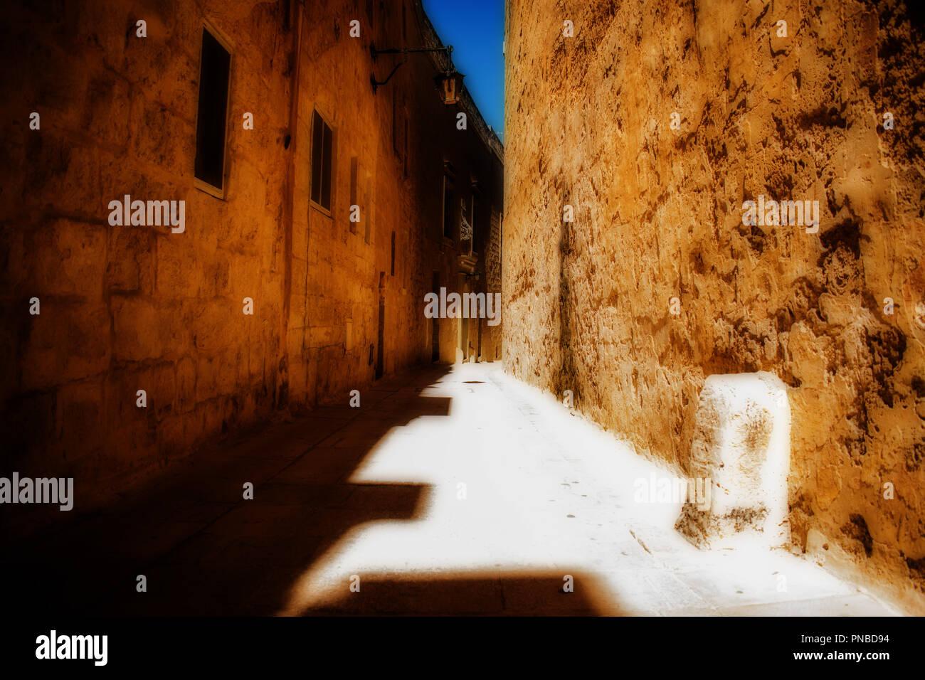 Un quartier historique et route étroite à Mdina, Malte sous un soleil ardent. Photo Stock