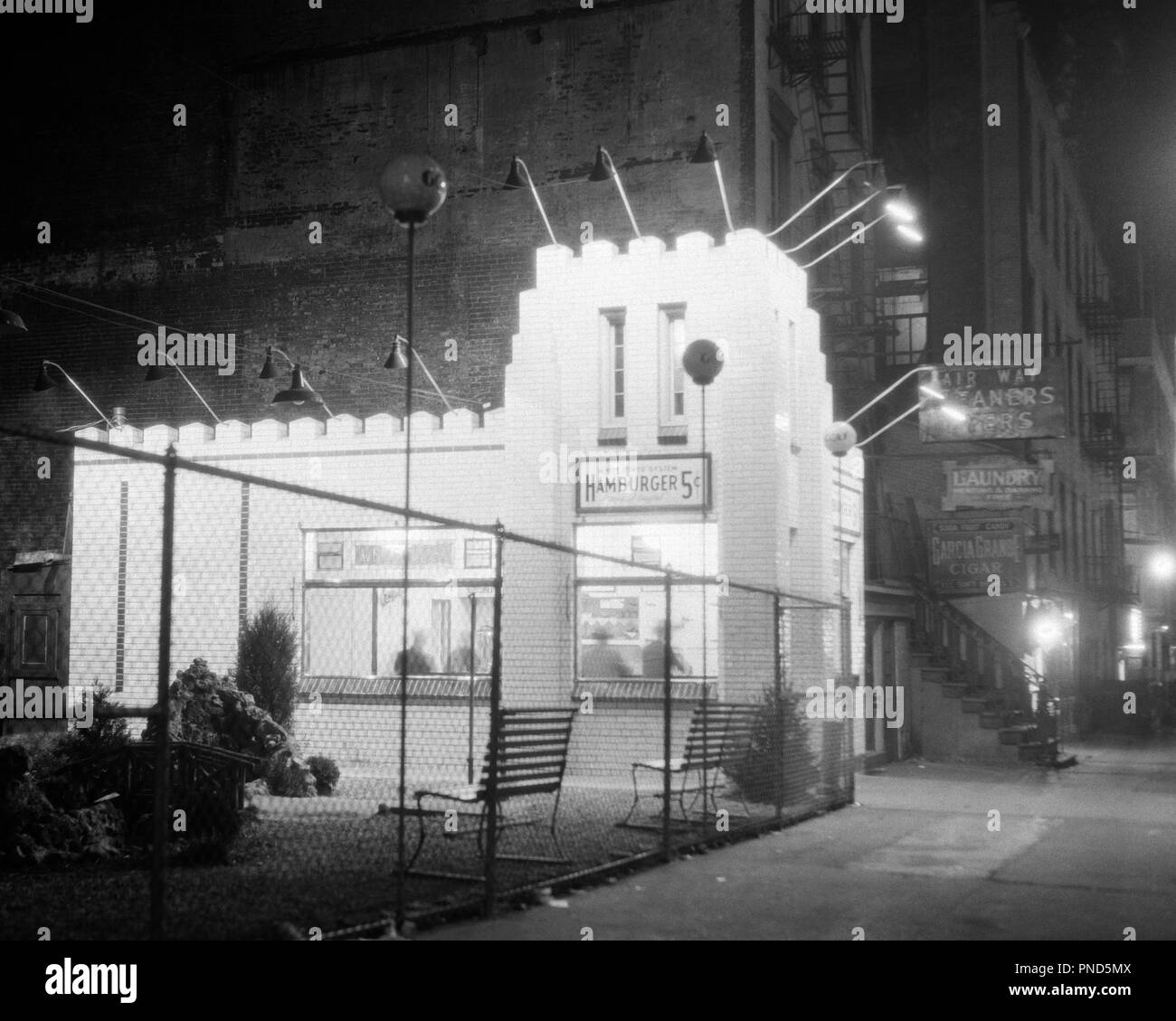 1930 WEST 50TH STREET PRÈS DE CONJOINTE D'HAMBURGER CAPITOL STATION DE BUS REPAS POUR UN NICKEL ET JOUER AU GOLF MINIATURE À CÔTÉ NYC USA - q2231 CPC001 INNOVATION HARS OCCASION PRÈS DE NYC IMMOBILIER PROFESSIONS COMMUNE PRATIQUE NEW YORK VILLES ÉLÉGANTES STRUCTURES NICKEL ÉDIFICE NEW YORK ART DÉCO RELAXATION NOCTURNE 24/7 BIG APPLE À L'ANCIENNE NOIR ET BLANC Banque D'Images