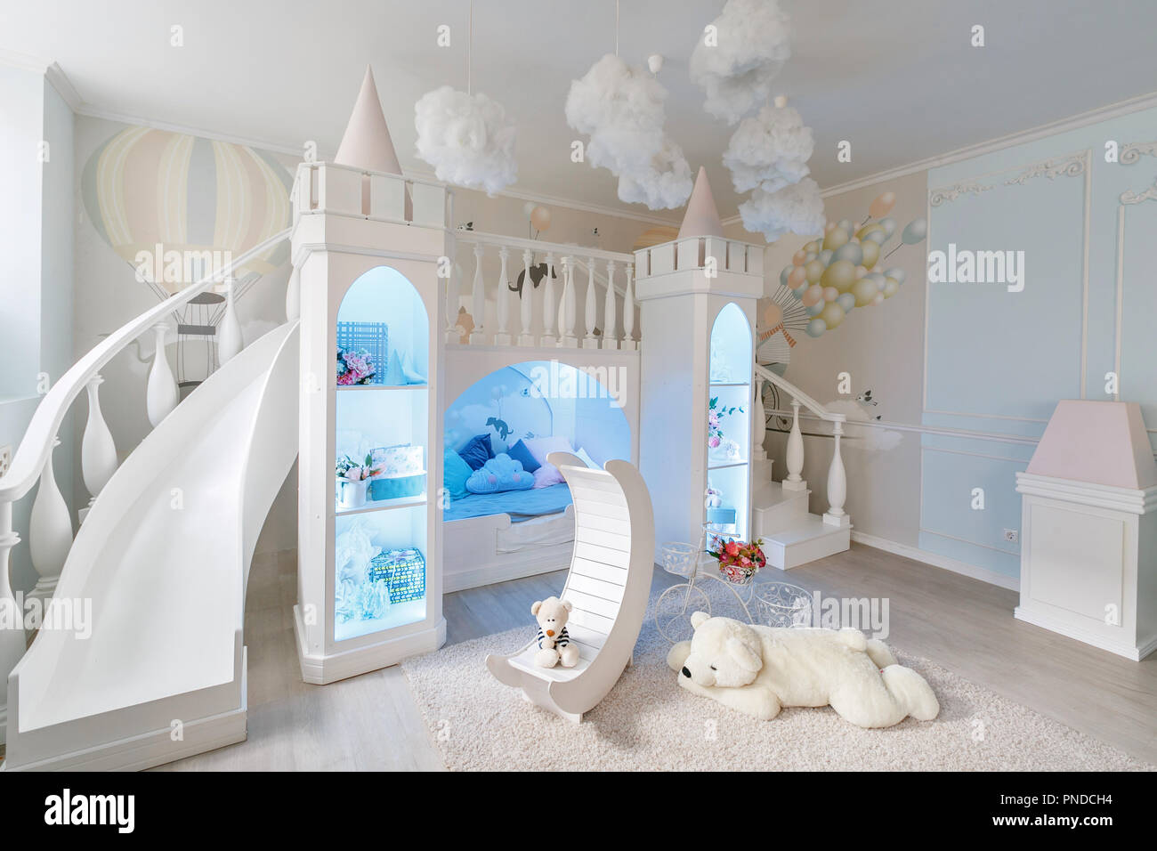 L\'intérieur d\'une spacieuse chambre pour enfants. Lit avec ...