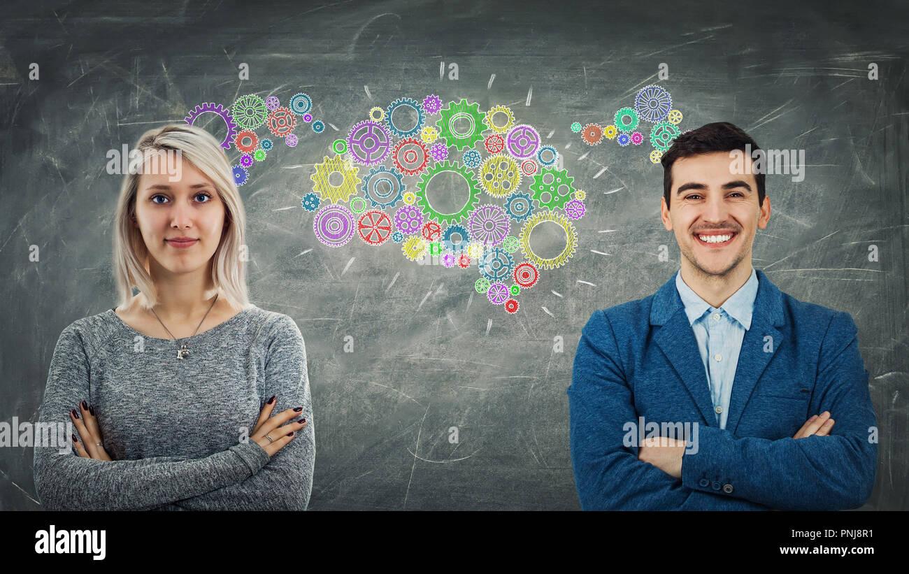 L'homme et la femme partage nos préoccupations en tant que rouages colorés formant un pignon commun cerveau. Employé d'échanges d'idées, de relations d'affaires et d'équipe Photo Stock