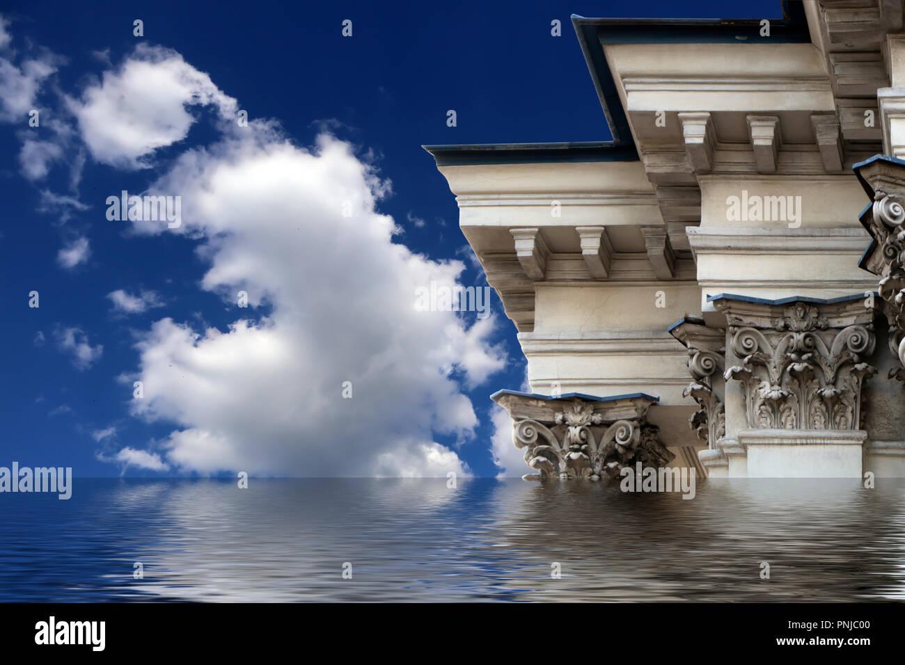 Ornée de colonnes et corniches vieux bâtiment en style classique sur fond de ciel bleu et nuages à l'effet des inondations Photo Stock