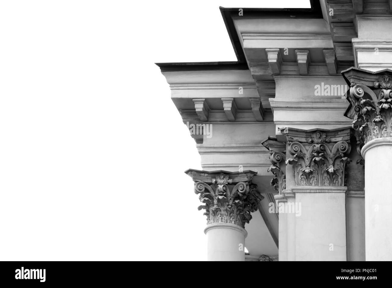 Ornée de colonnes et corniches vieux bâtiment dans un style classique, décoloré, isolé sur fond blanc Photo Stock