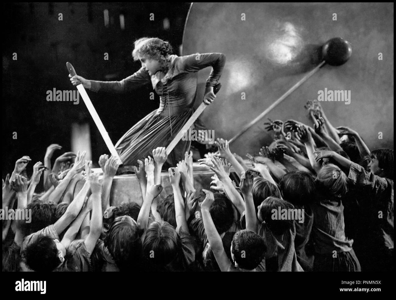 Prod DB © UFA / DR METROPOLIS de Fritz Lang 1926 Tous avec Brigitte Helm classique, la science-fiction, foule, acclamation, révolte d'après le roman de Thea von Harbou Photo Stock