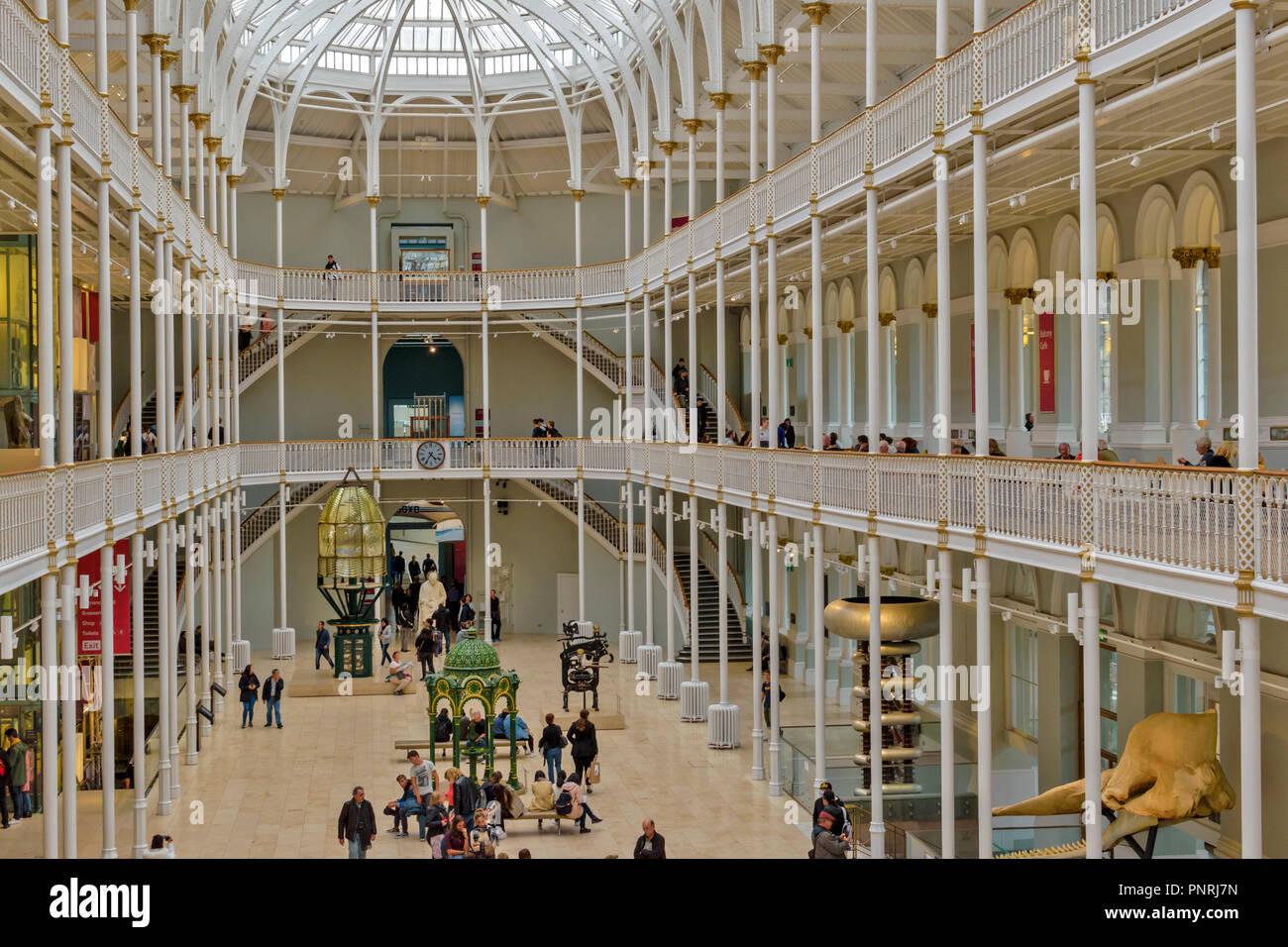 Musée NATIONAL D'ECOSSE EDIMBOURG ECOSSE INTÉRIEUR AVEC BALCONS ET LES VISITEURS Photo Stock
