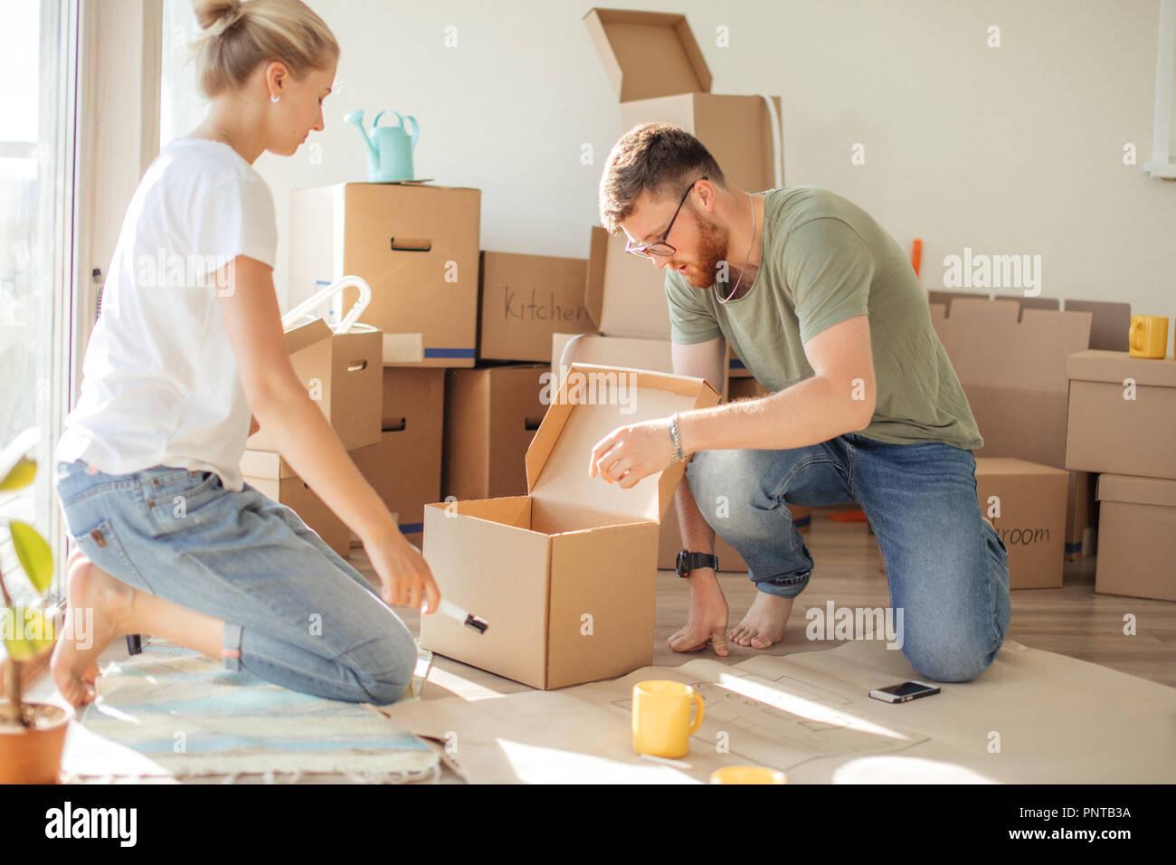 Couple au nouveau vacances déballage de boîtes de carton Photo Stock