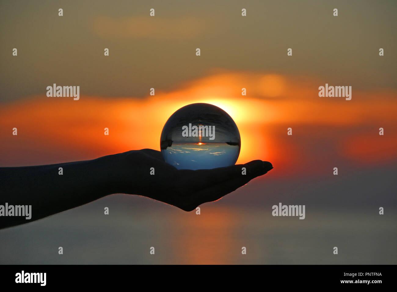 Crystal Ball Réfraction Coucher du soleil la photographie. Rovinj, Istrie, Croatie Photo Stock