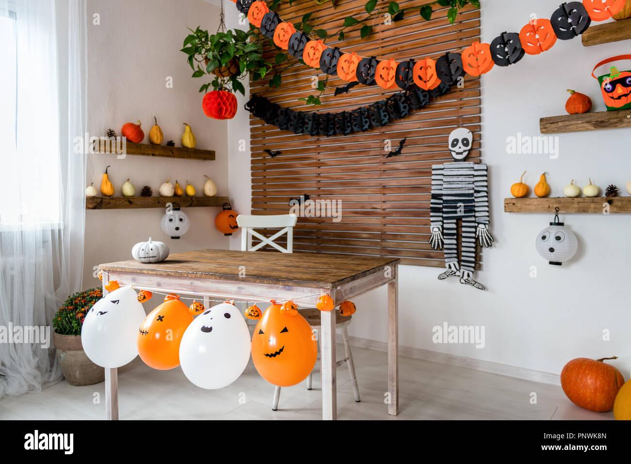 Theme De L Halloween Decore La Salle De Sejour Saison Halloween Style Maison De Famille De L Interieur Decorations Halloween Traditionnel Arriere Plan Photo Stock Alamy