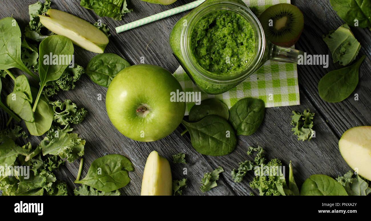 Les fruits verts et de la salade en composition Photo Stock