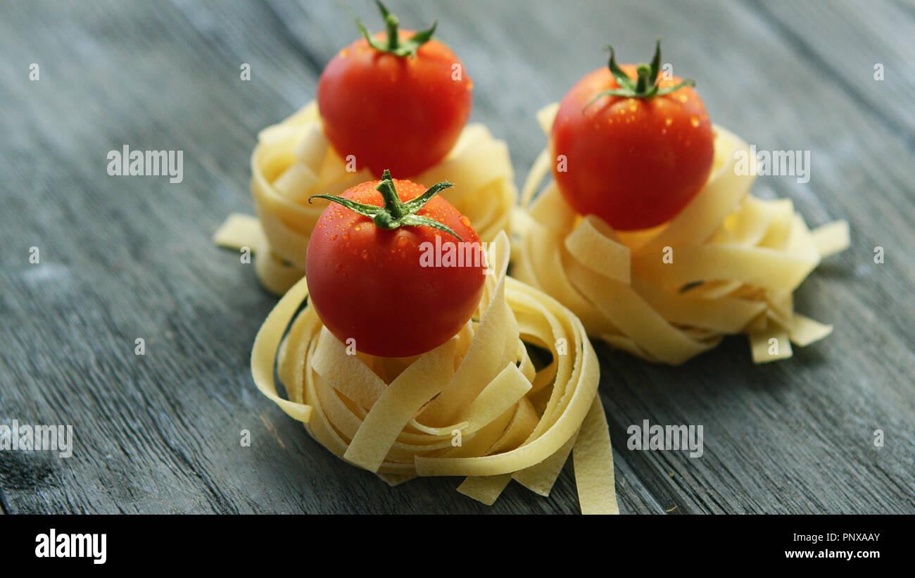 Des tas de pâtes aux tomates humide Banque D'Images
