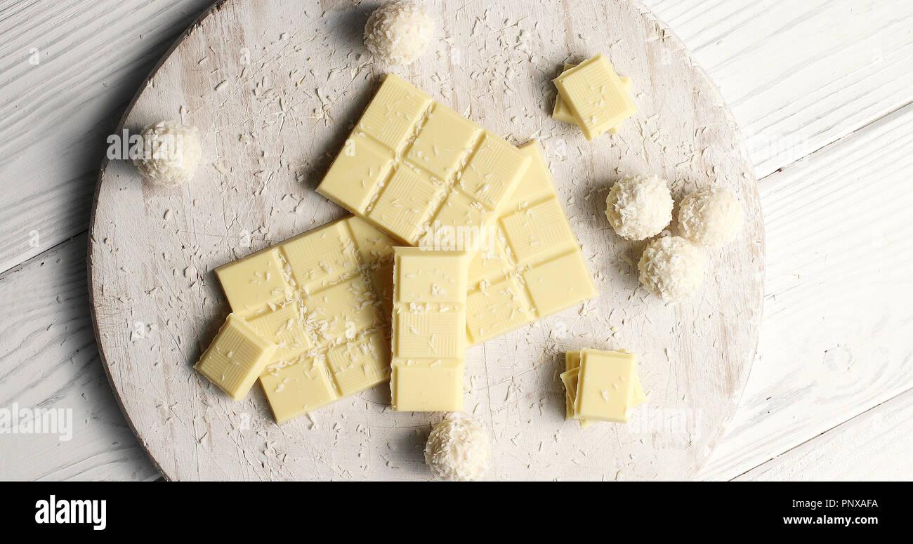 Le chocolat blanc et doux dans la composition Photo Stock
