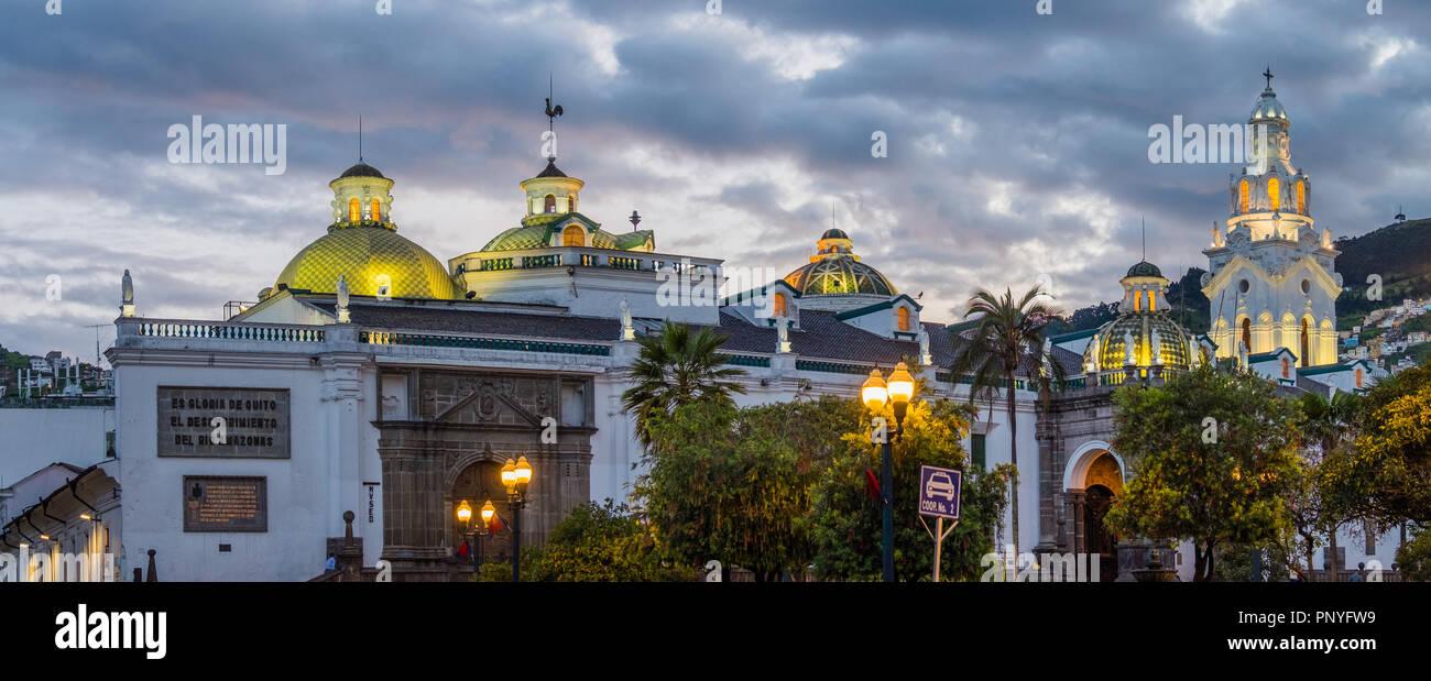 Vue panoramique de la cathédrale Metropolitana à Plaza Grande, Quito pendant le coucher du soleil Photo Stock