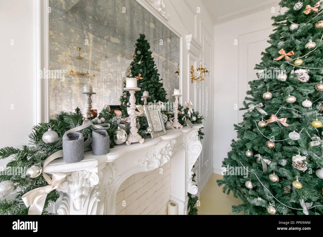 Branche D Arbre Sapin De Noel cheminée décorée avec des bougies blanches et branches de