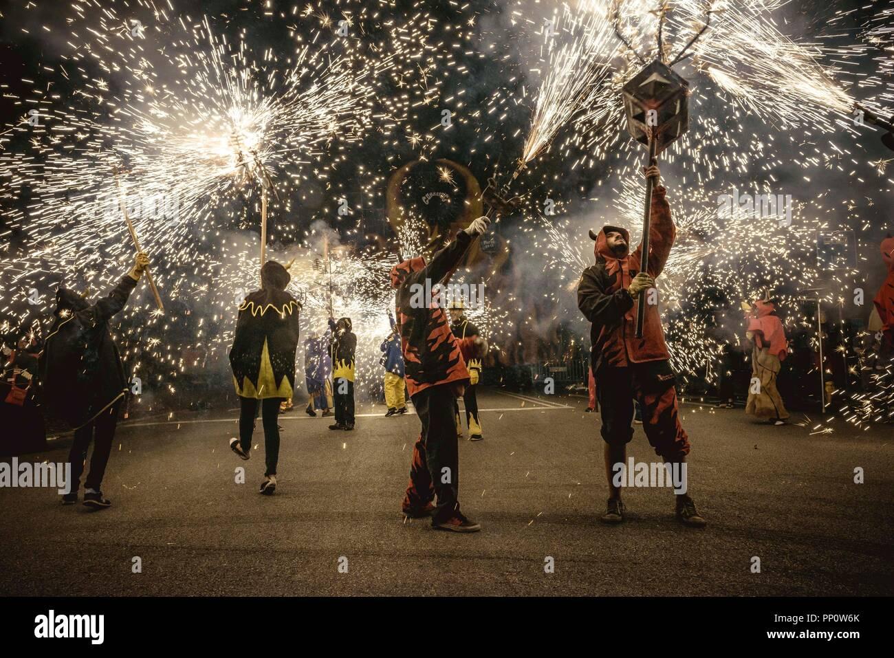 Barcelone, Espagne. 22 Septembre, 2018: 'Correfocs' (feu porteur) provoquer d'artifice au cours de la Fiesta Mayor de Barcelone (festival principal), la Merce Crédit: Matthias Rickenbach/Alamy Live News Banque D'Images