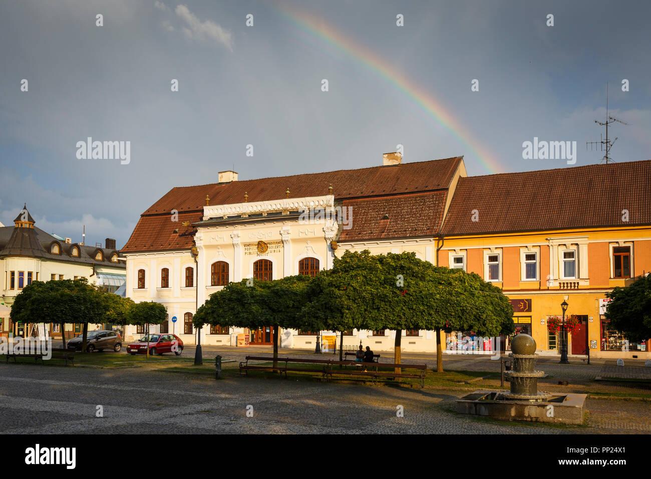 L'Europe, slovaque, Slovaquie, Rimavska Sobota, historique, tourisme, Voyage, carré, rue, maison de ville, ville, cobble stone, rainbow, stormy Photo Stock