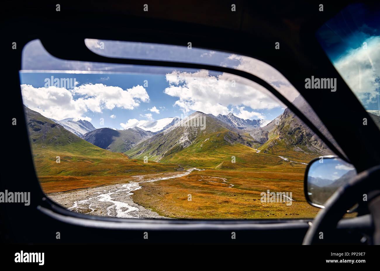 Paysage de la vallée de montagne magnifique vue de la fenêtre de voiture. Voyages et aventures concept. Photo Stock